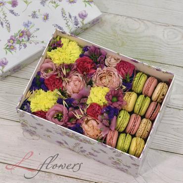 Коробки с цветами и макарунами - Dream box - букеты в СПб