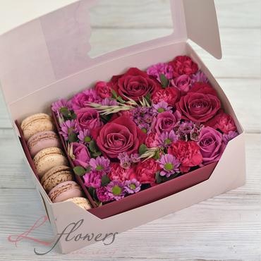 Коробки с цветами и макарунами - Raspberry box - букеты в СПб