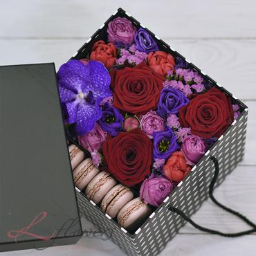 Коробки с цветами и макарунами - Darling box - букеты в СПб