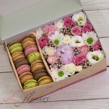 Коробки с цветами и макарунами - June box - букеты в СПб