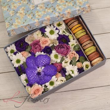 Коробки с цветами и макарунами - French Box - букеты в СПб