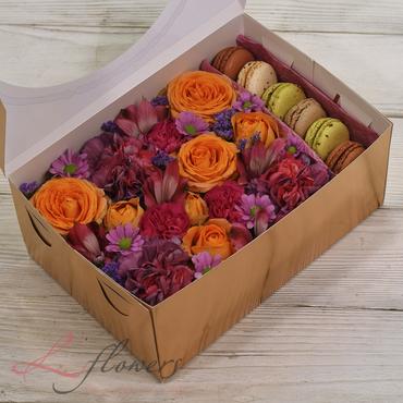 Коробки с цветами и макарунами - Honey box - букеты в СПб