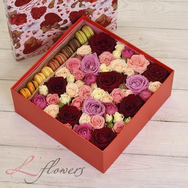 Коробки с цветами и макарунами - Kiss Me box - букеты в СПб