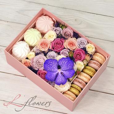 Коробки с цветами и макарунами - Lovely box - букеты в СПб