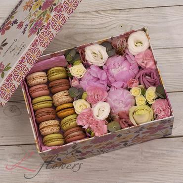 Flower boxes with macarons - Macaroon box - букеты в СПб