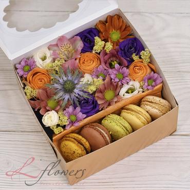 Коробки с цветами и макарунами - October box - букеты в СПб