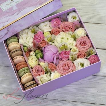 Коробки с цветами и макарунами - Pink box - букеты в СПб