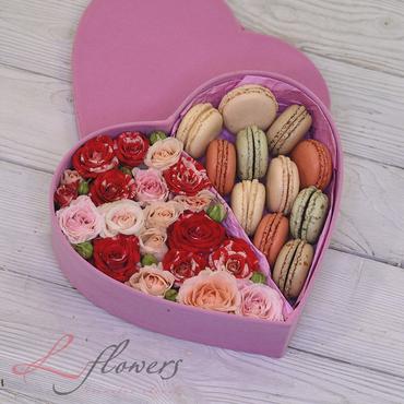 Коробки с цветами и макарунами - Love Me box - букеты в СПб