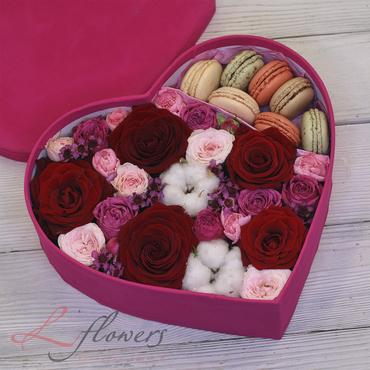Flower boxes with macarons - Mon Amour box - букеты в СПб