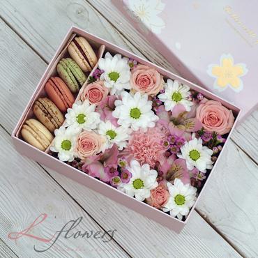 Коробки с цветами и макарунами - Sunday box - букеты в СПб